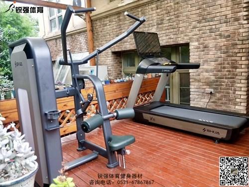 济南某小区阳光房内的私家健身房