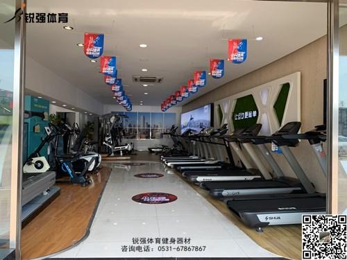 锐强体育店内的跑步机